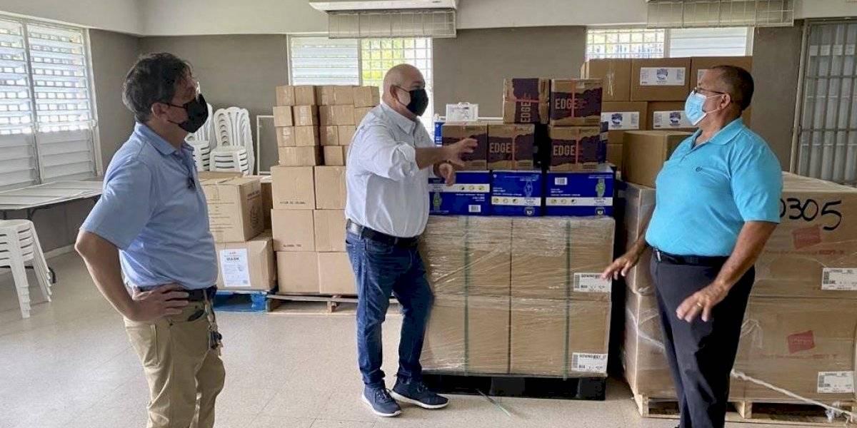 Reparten mascarillas y alcohol a decenas de residentes de Luquillo