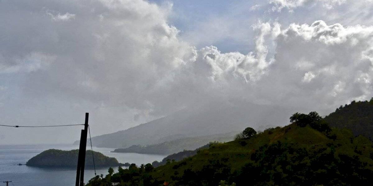 Lluvia de cenizas cae sobre poblaciones cercanas al volcán La Soufriere