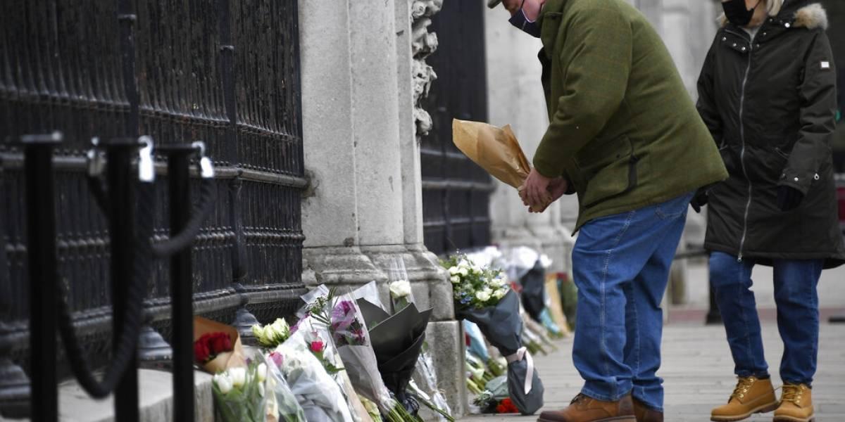 Inglaterra recuerda al príncipe Felipe con disparos militares y flores