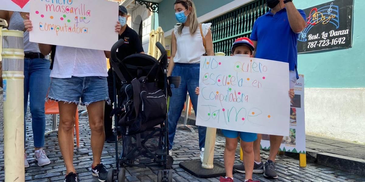 Padres y madres llegan hasta Fortaleza para expresarse en contra del cierre de escuelas