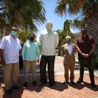 Develan escultura de Ricardo Alegría en el Viejo San Juan