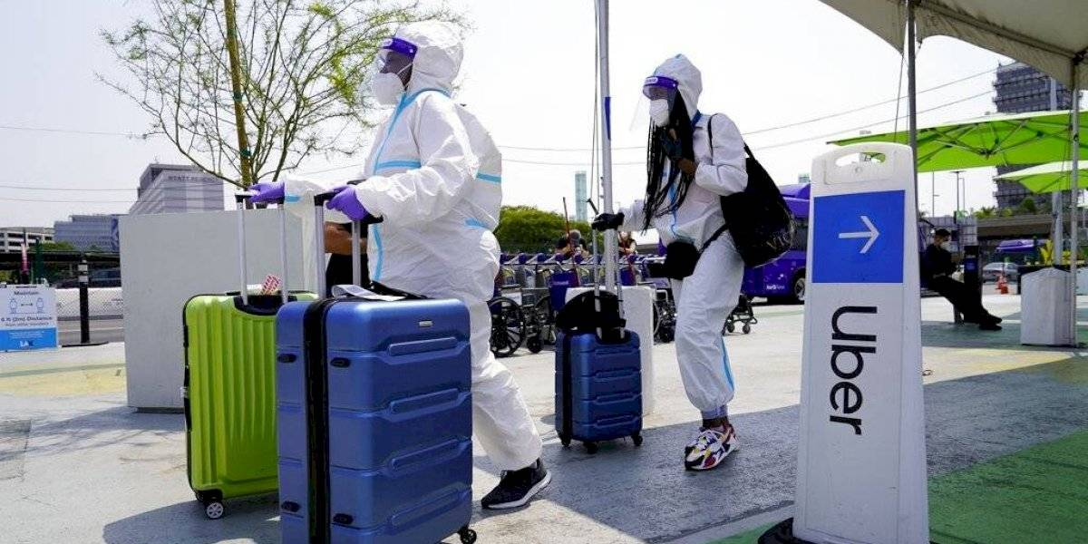 Sancionarán a pasajeros que no usen cubrebocas en aviones en Estados Unidos