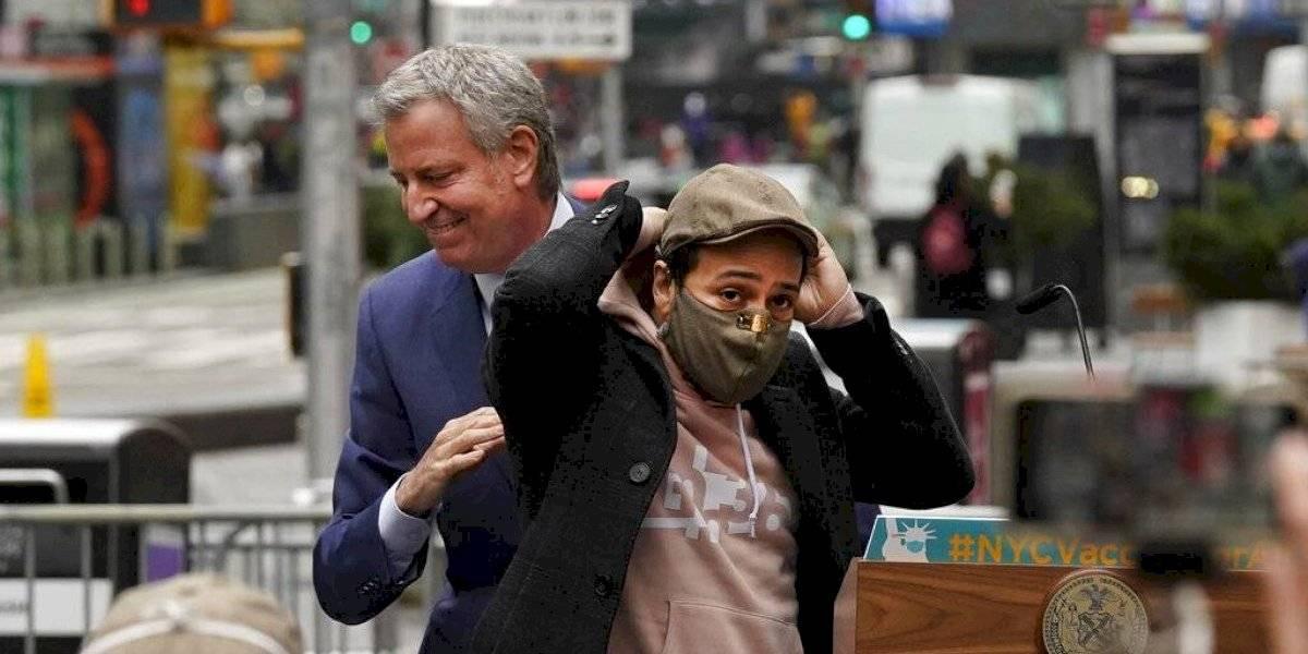 Lin-Manuel y alcalde de Nueva York inauguran centro de vacunación en Times Square