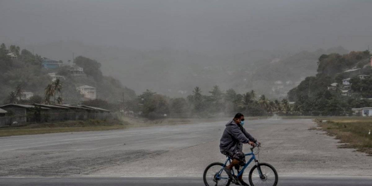 Volcán en el Caribe lanza enorme cantidad de cenizas