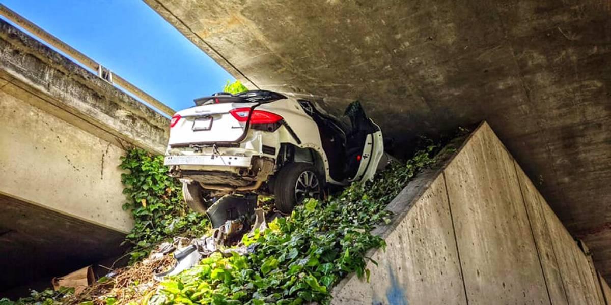 Hombre destroza Maserati de su novia al huir de la policía