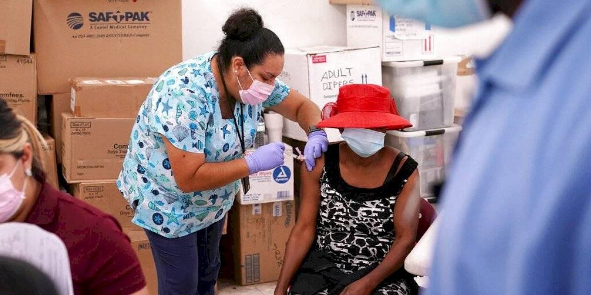 Caen hospitalizaciones por COVID-19 entre ancianos en Estados Unidos