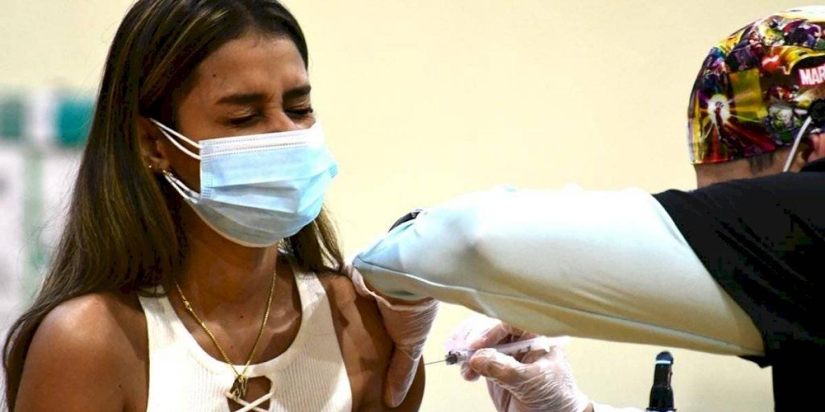 Piden al Gobierno abrir centros de vacunación contra COVID que trabajen 24 horas