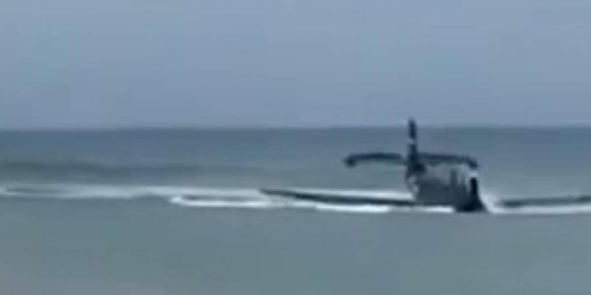 Avión que participaba de espectáculo aéreo aterriza de emergencia en playa