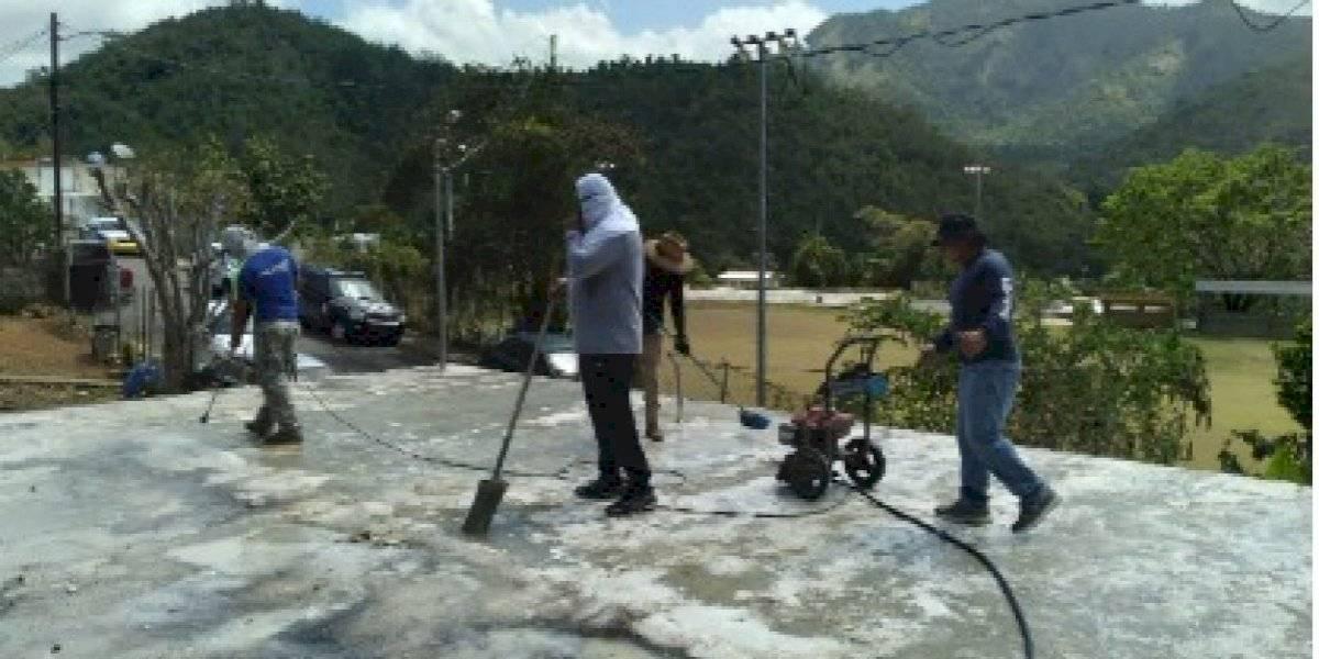 Policías llegan a casa de anciana en Guayama para ayudarle a reparar techo
