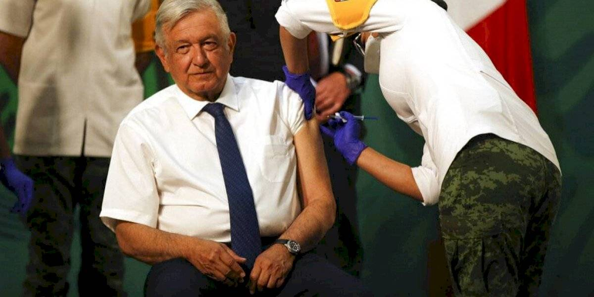 Presidente de México se aplica vacuna de AstraZeneca