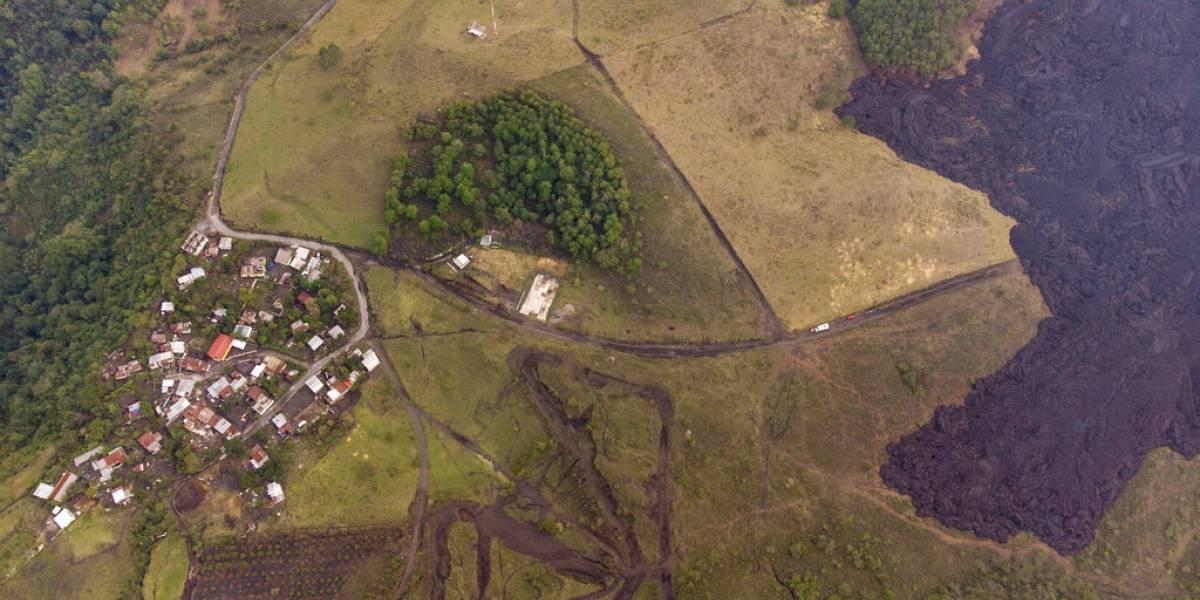 Lava de volcán en Guatemala a punto de tragarse comunidad