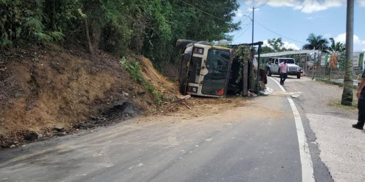 Derrumbe en carretera de Toa Alta provoca accidente con camión volcado