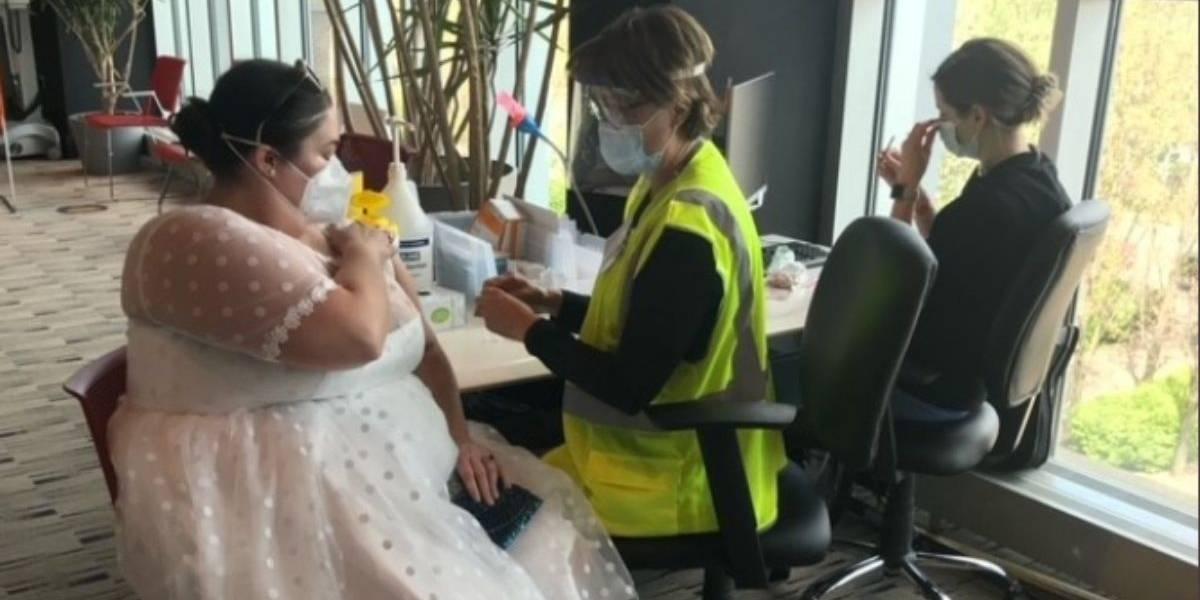 Mujer se vacunó con su vestido de novia por no poder casarse por la pandemia