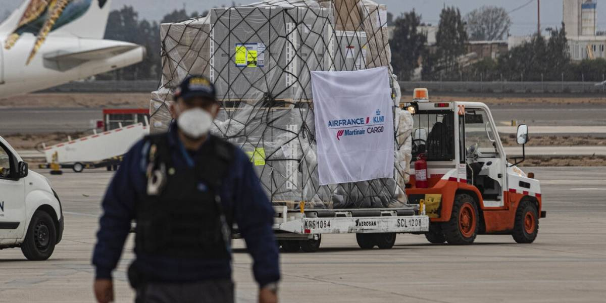 Llegan a Chile primeras vacunas de AstraZeneca