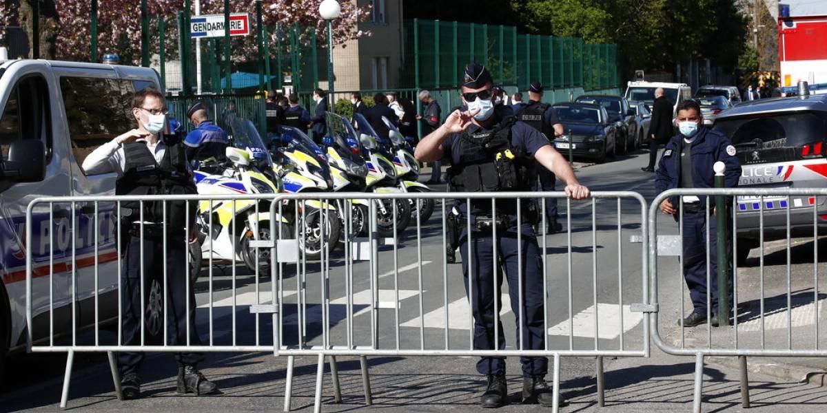 Mujer policía francesa muere apuñalada en afueras de París