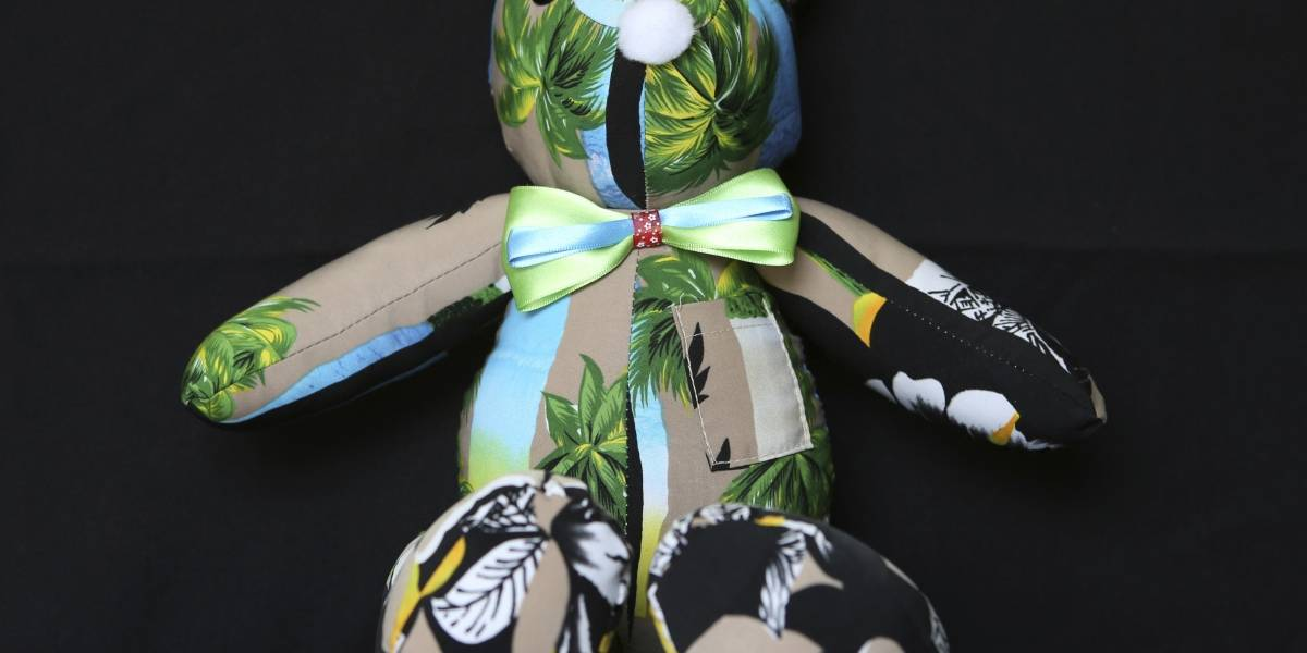 Mujer crea ositos con ropa de personas fallecidas por COVID-19 en México