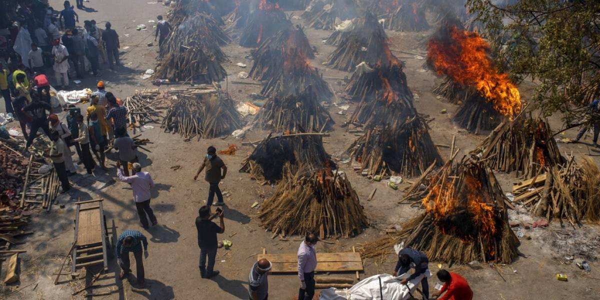 El avance del virus abruma a los crematorios en India