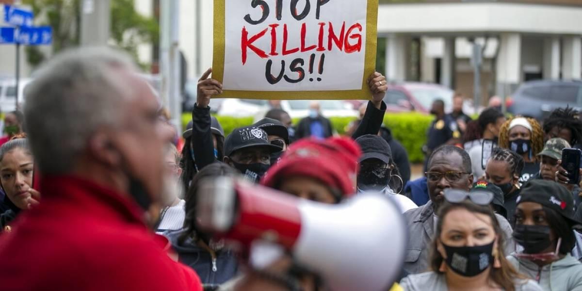Hombre de raza negra es baleado en la nuca por policía en Estados Unidos