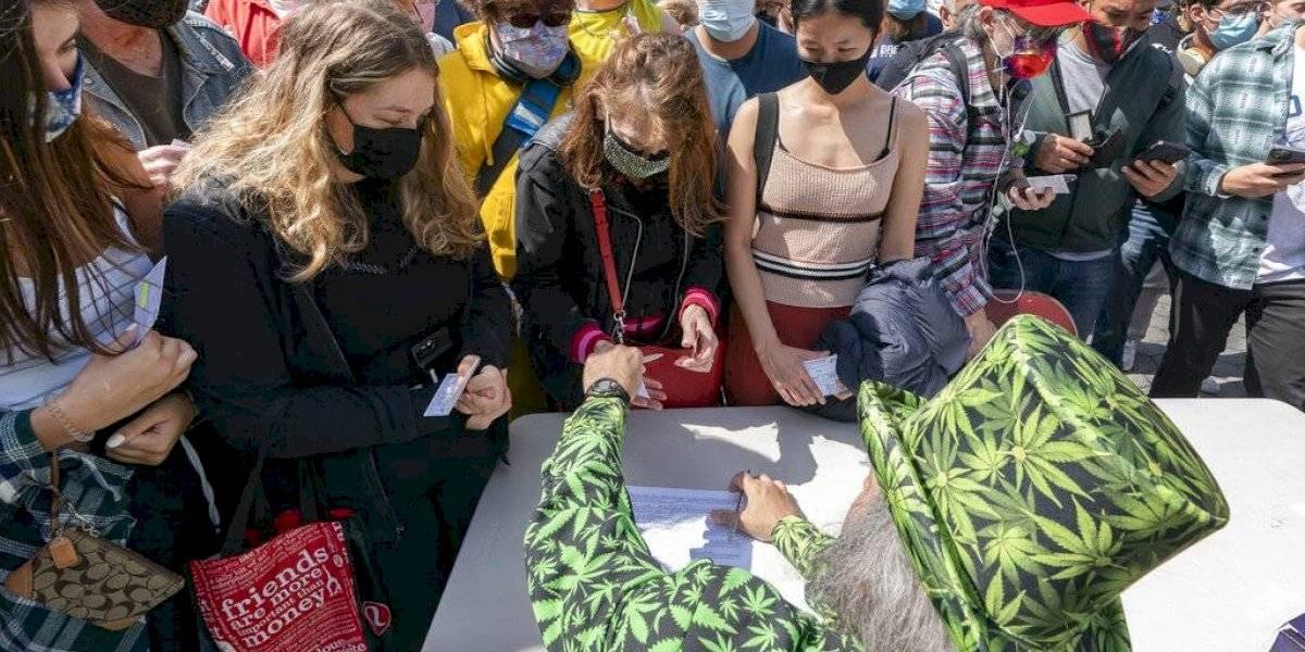 Cerveza, marihuana y donas gratis: Incentivos para que las personas se vacunen