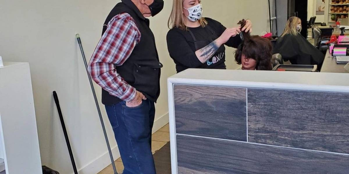 Anciano va a peluquería para aprender a rizar pelo de su esposa que ya no puede hacerlo