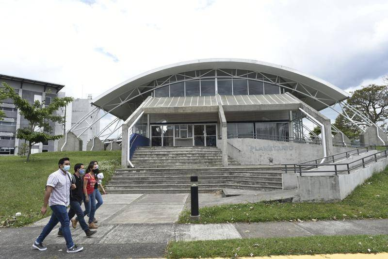 Estudiantes caminan frente al Observatorio Económico Solar de San José, Costa Rica, el 30 de abril de 2021. (AP Foto/Carlos Gonzalez)