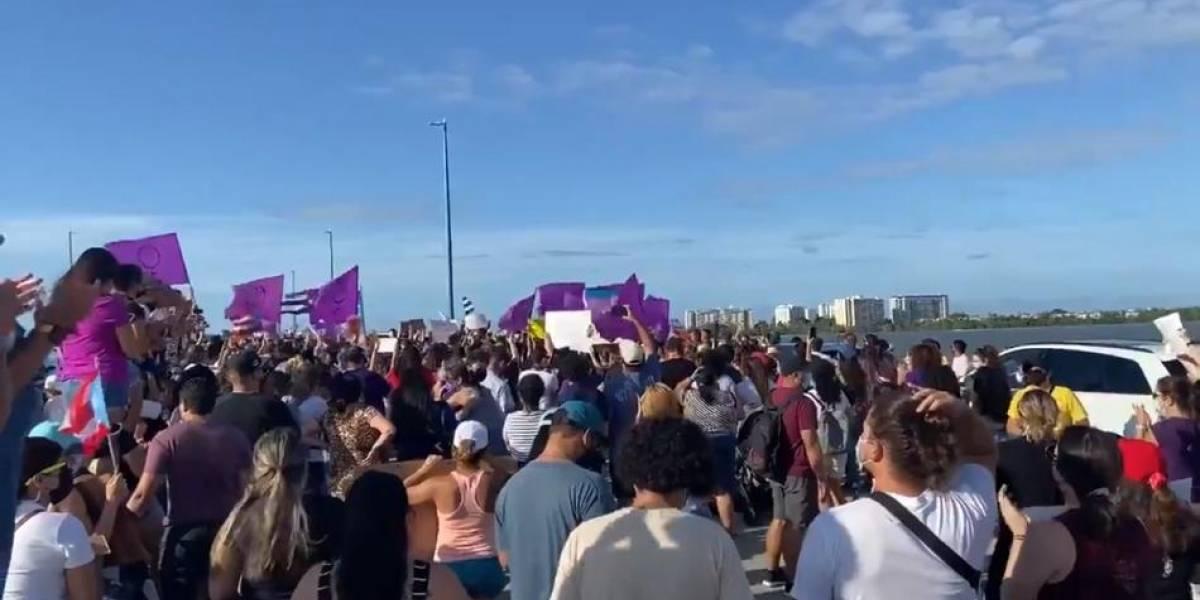 Decenas de personas protestan en el Teodoro Moscoso contra la violencia de género