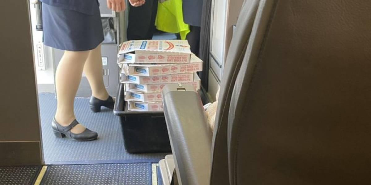 Piloto pide pizza para todos los pasajeros tras desviar vuelo