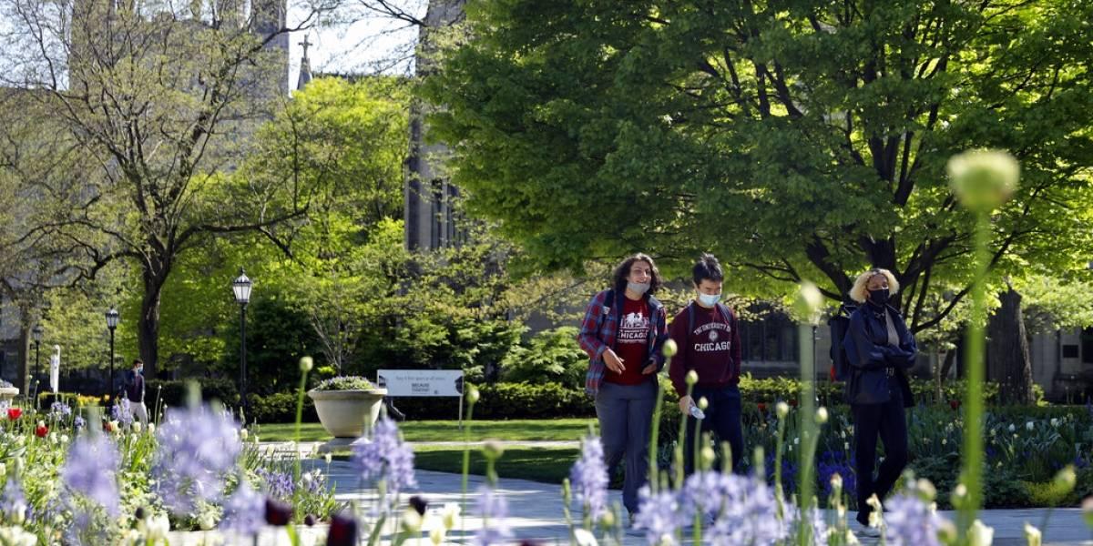 Universidades estadounidenses endurecen medidas contra COVID-19