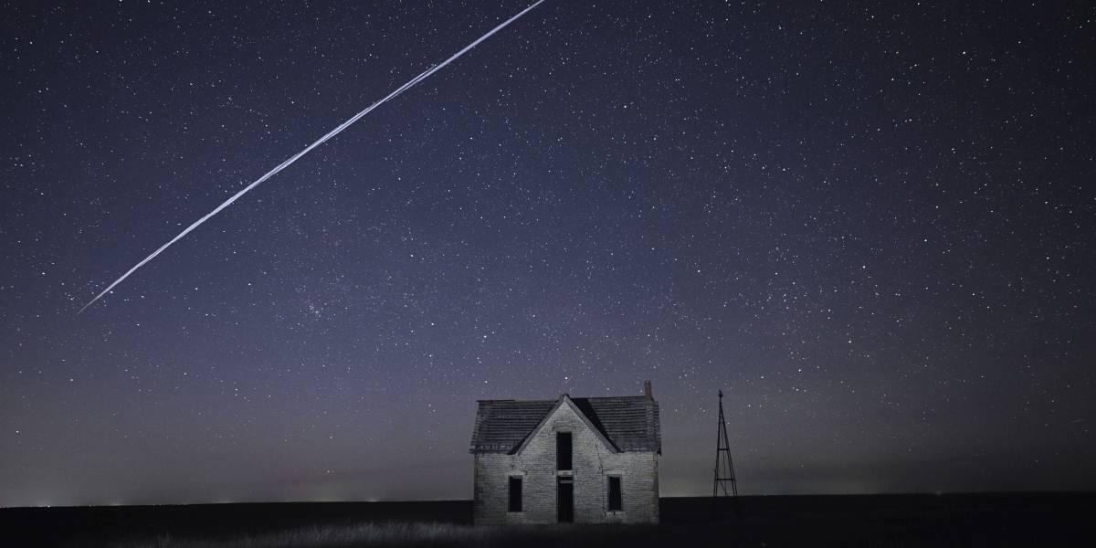 Hilera de luces ilumina cielo nocturno en partes de Estados Unidos