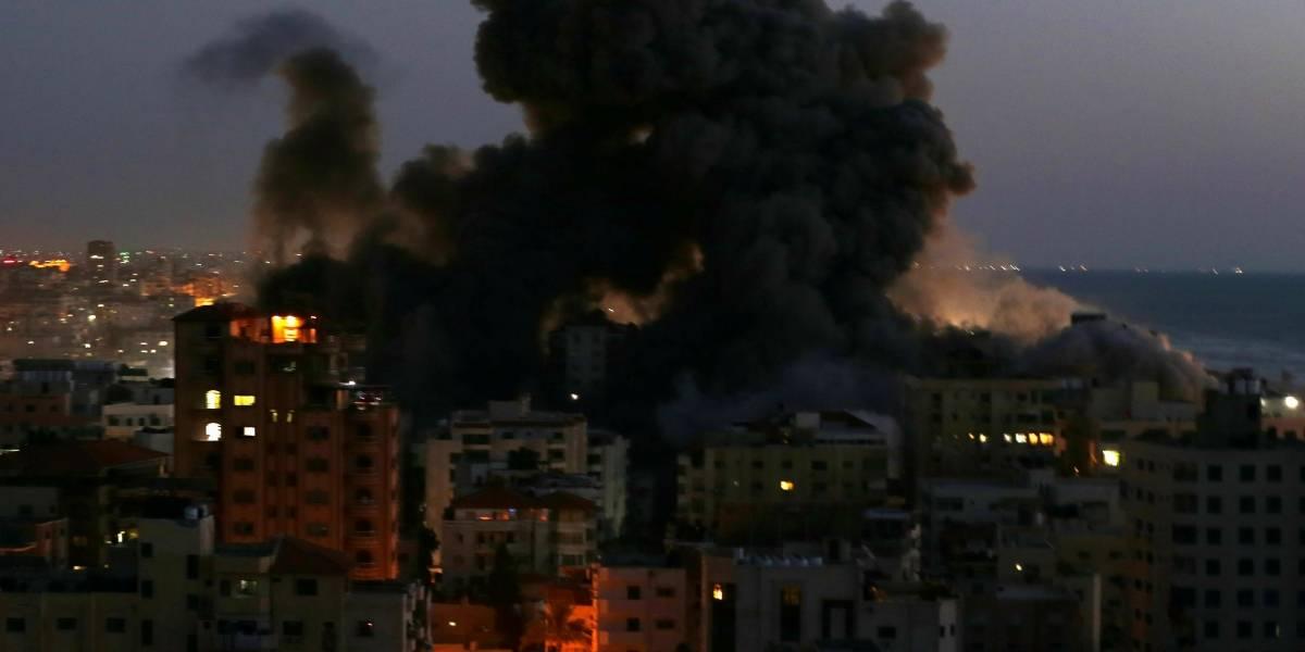 Edificio de 13 pisos se vino abajo tras bombardeos de Israel en Gaza