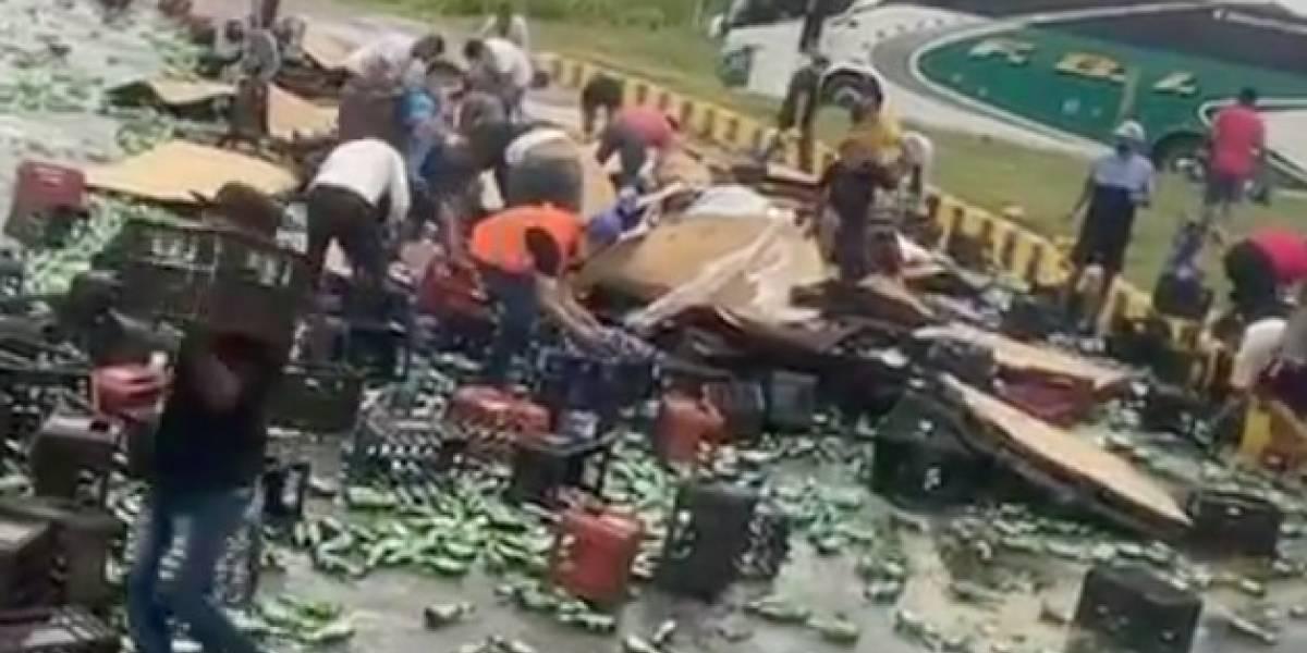 Camión de cerveza se accidentó en Ecuador y ciudadanos se llevaron todas las bebidas