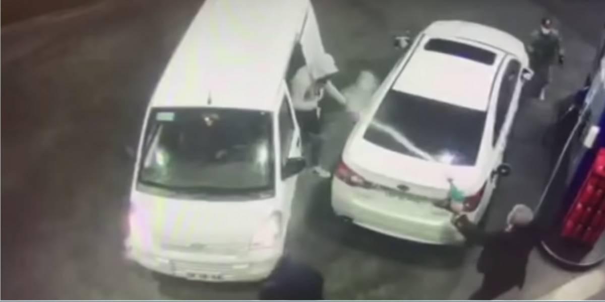 (VIDEO) Hombre bañó con gasolina a ladrones en una estación