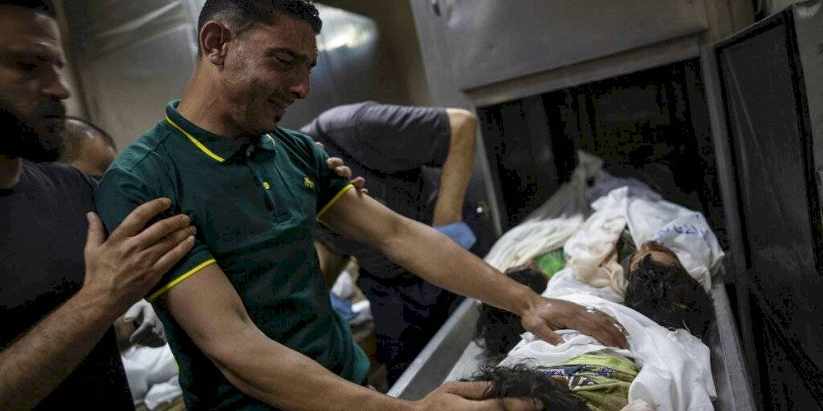Civiles palestinos huyen de la intensificación del fuego del ejército de Israel en Gaza