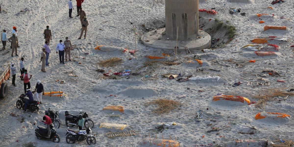 Policía en India encuentra cuerpos en ríos en brote de COVID-19