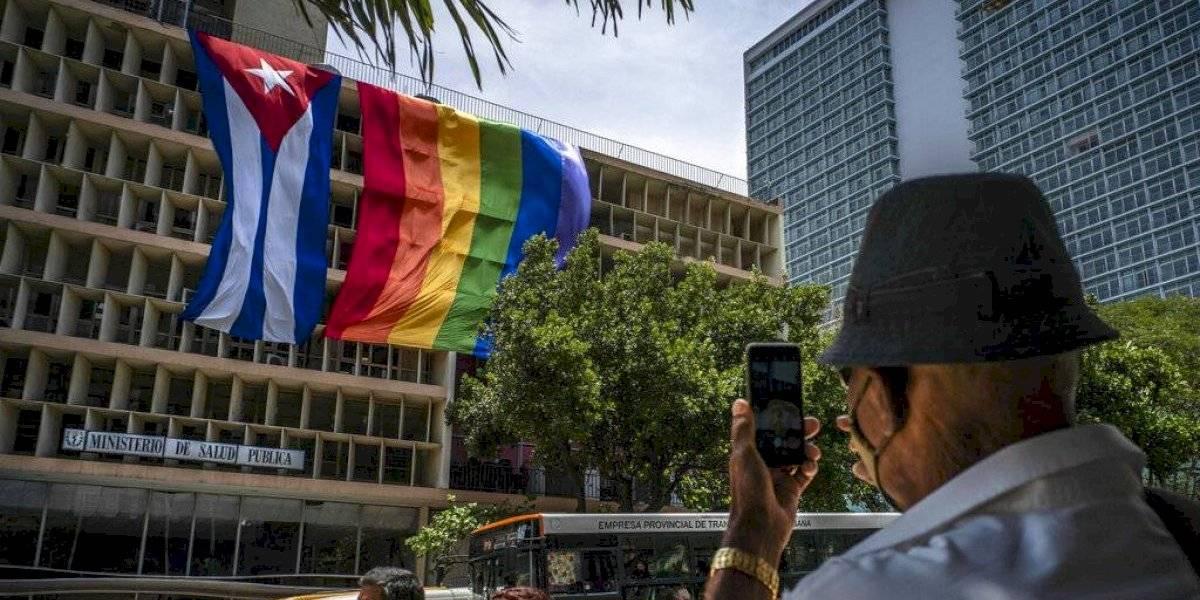 Banderas de Cuba y orgullo gay ondean juntas en principal avenida de La Habana
