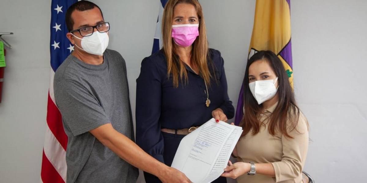 Entregan títulos de propiedad a residentes que invadieron una finca en Canóvanas