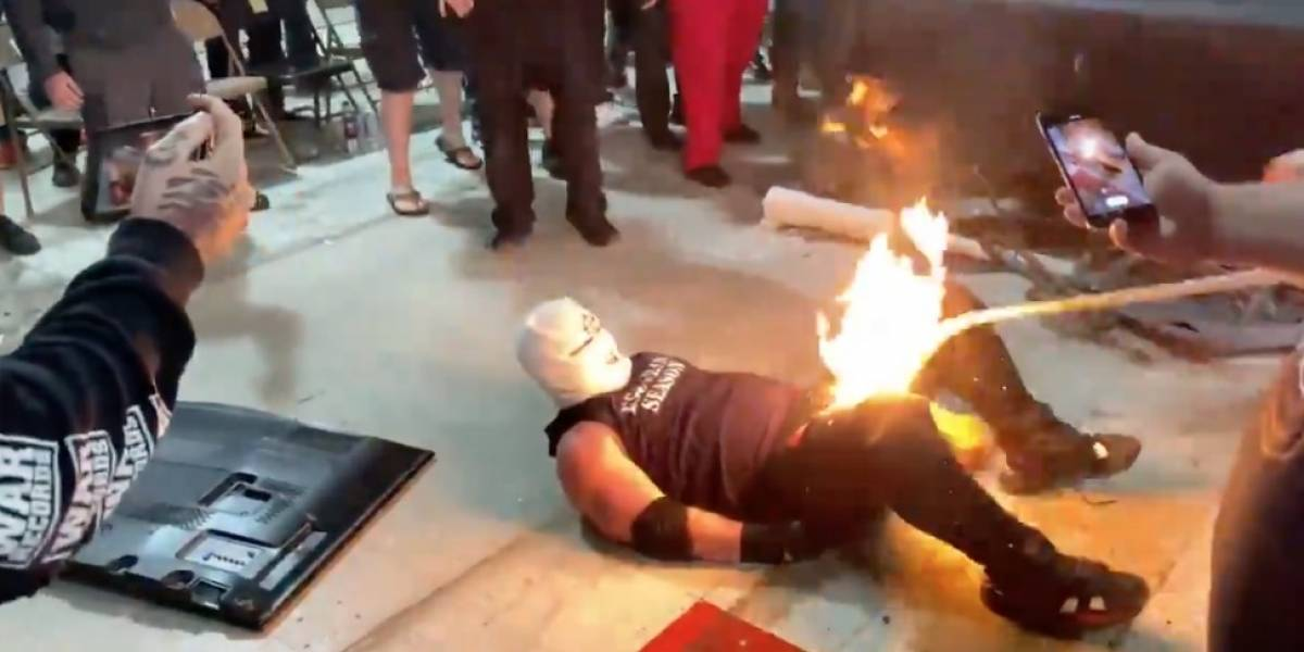VIDEO: Luchador incendia a su rival durante espectáculo