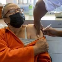 Unión Europea promete 200 millones de vacunas más a África