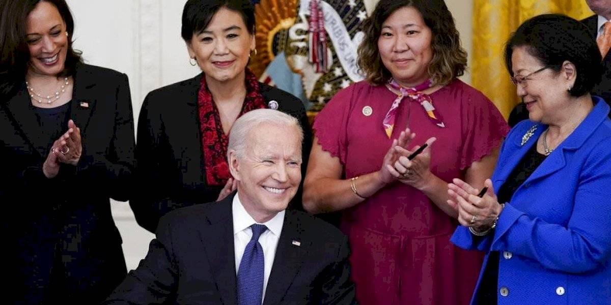 Biden firma ley contra crímenes de odio hacia asiáticos