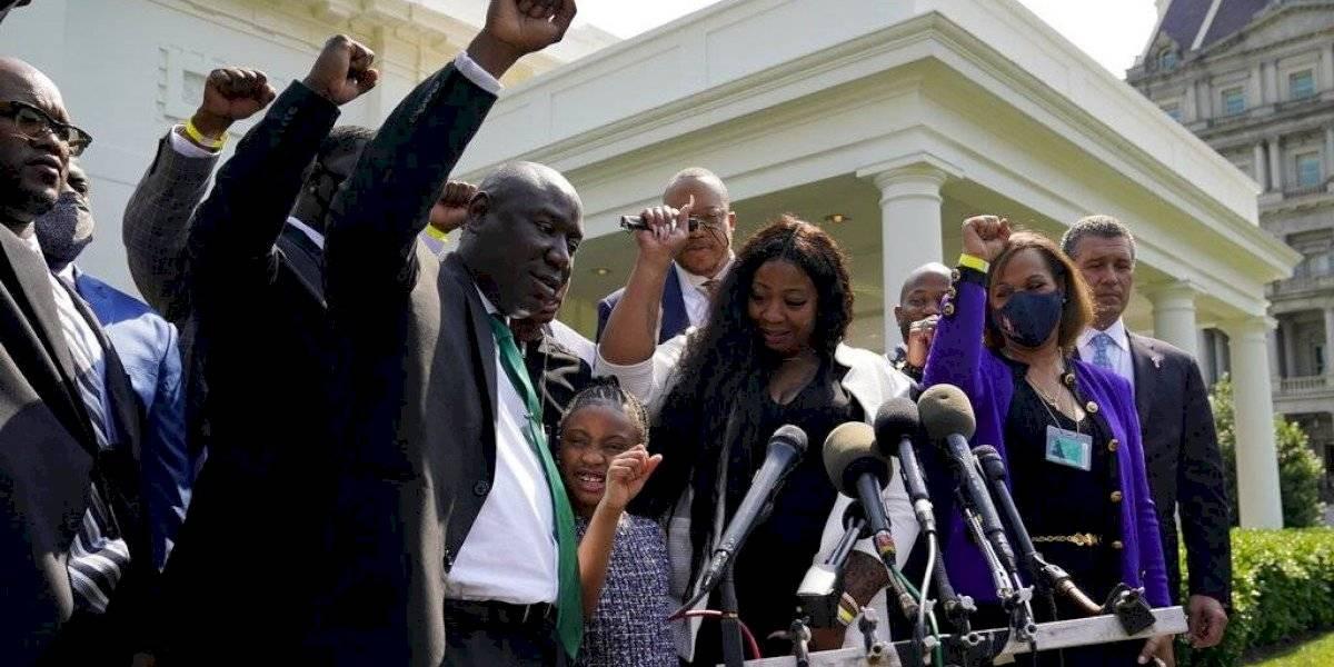 Familia de Floyd se reúne con Biden en aniversario de su asesinato