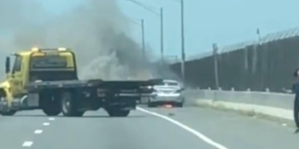 Reportan auto incendiado en la Baldorioty de Castro