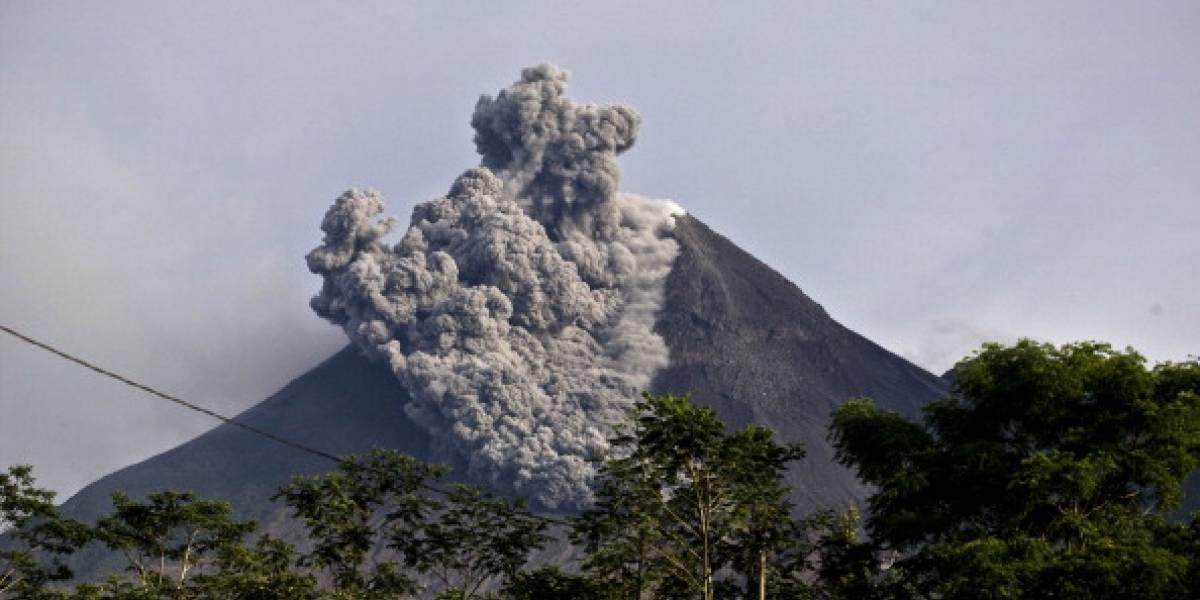 Captan momento en que un meteoro cae sobre un volcán de Indonesia