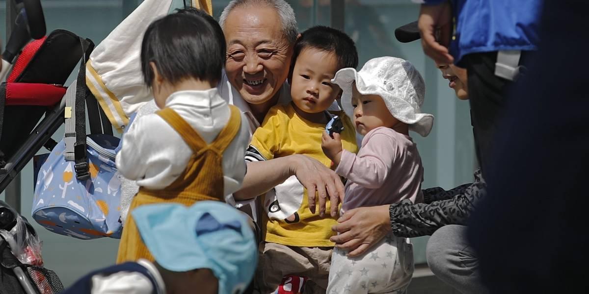 China flexibiliza las normas de natalidad a 3 hijos por familia
