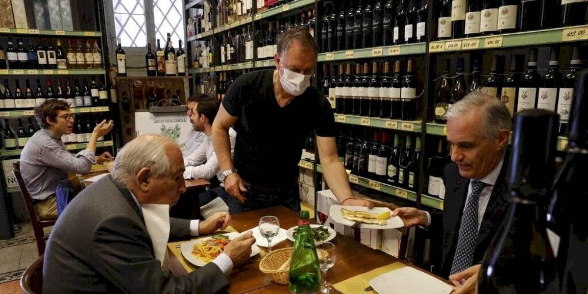 Italianos pueden desde el martes comer en el interior de los restaurantes