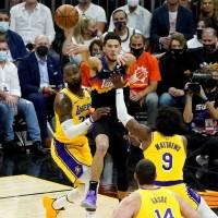 Los Suns desmantelan a los Lakers para tomar liderato de la serie