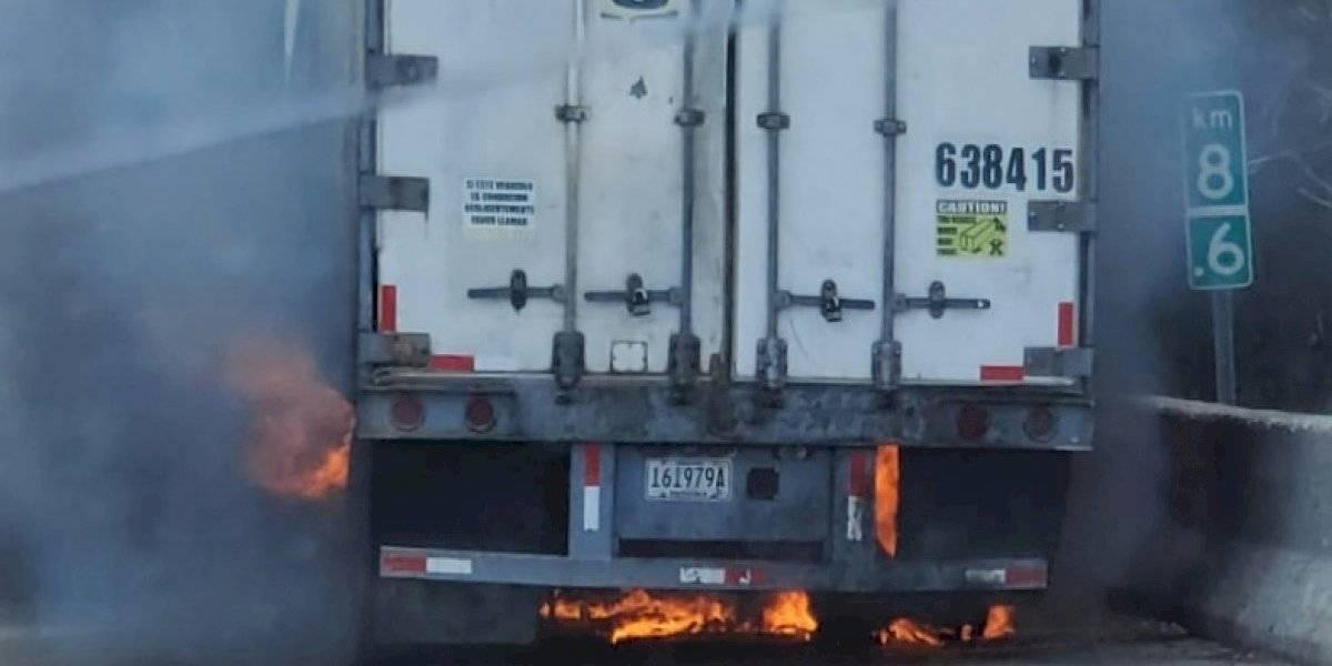 Camión con desperfectos mecánicos se incendia en la autopista José de Diego