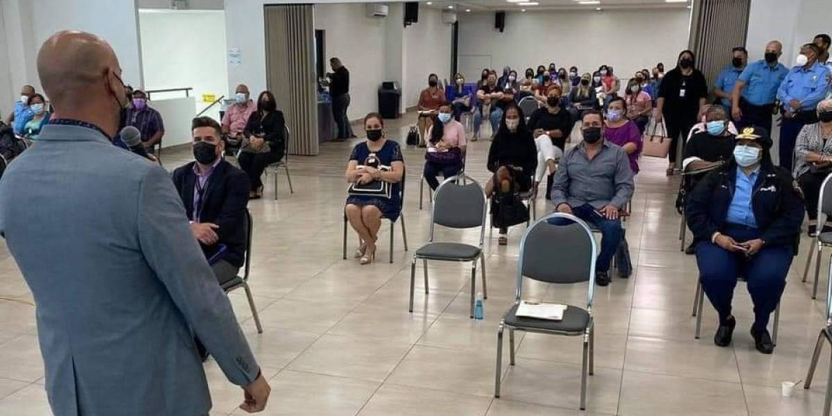 Líderes comunitarios en Fajardo reciben charla sobre violencia de género