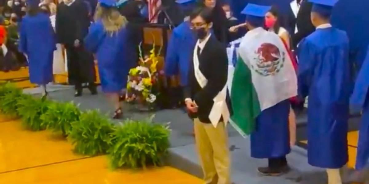 Investigan discriminación de estudiante: le negaron su diploma por llevar bandera mexicana