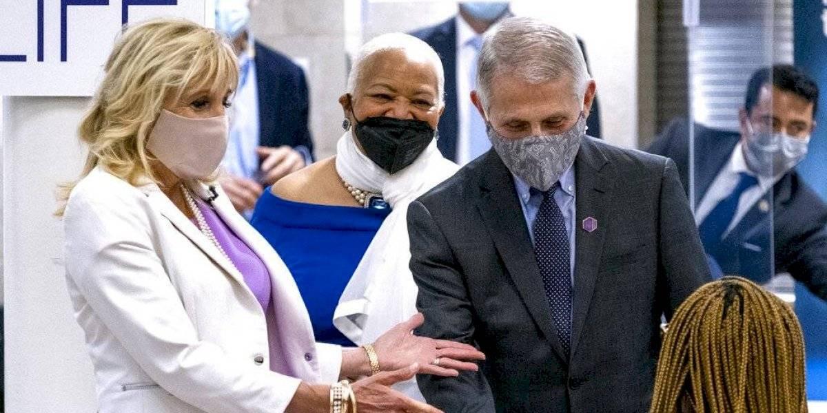 Jill Biden y Fauci visitan sitio de vacunación en Harlem