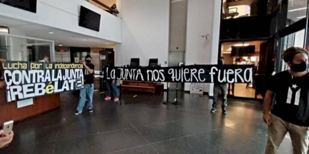 """Miembros de """"Se Acabaron las Promesas"""" protestan en las oficinas de la Junta de Control Fiscal"""